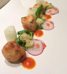 Aguglie in tempura di farina di riso e ginger beer, accompagnata da una salsa di fichi d'India ed elisir di zibibbo,  insalata croccante e vinagrette ai lamponi. 😋😋😋😋😋