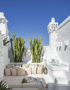 Une maison de rêve blanche - Elle Décoration In Italy, hidden in a village in Puglia, the house of architect Pino Brescia gives us a taste of vacation. Solar architecture, flooded with whiteness Patio Interior, Interior And Exterior, Room Interior, Outdoor Spaces, Outdoor Living, Outdoor Decor, Outdoor Lounge, Beautiful Homes, Beautiful Places