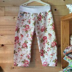 Piratbyxor i svalt och skönt bomullstyg. Vi får se hur länge de är vita 🙈 #auranah #designauranah #pants #flowers