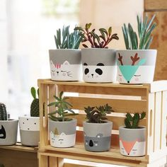 Painting Flower Pots Diy Plants 34 New IdeasConcrete pots with animals - PlantsLa imagen puede contener: planta e interiorpots a decorer Painted Plant Pots, Painted Flower Pots, Decoration Plante, Concrete Crafts, Concrete Garden, Creation Deco, Diy Planters, Garden Planters, Plant Decor