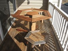 Hexagonal table design for your balcony made 100% with wooden pallets