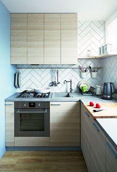 Dyskretną ozdobą aneksu kuchennego są płytki o wymiarach 10 x 30 cm (sklepzplytkami.artdevivre.pl). Ułożono je we wzór jodełki.