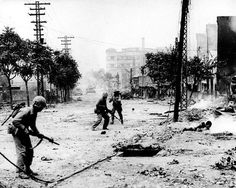 Seoul, South Korea seen during the Korean War with combat in the streets. Tiers Monde, History Online, War Photography, Us Marines, Korean War, North Korea, Seoul Korea, History Photos, Harry Truman