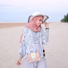 34 Ideas for travel ideas bucket lists adventure – travel outfit plane Hijab Fashion Summer, Modern Hijab Fashion, Hijab Fashion Inspiration, Muslim Fashion, Modest Fashion, Fashion Outfits, Hijab Casual, Ootd Hijab, Outfit Strand