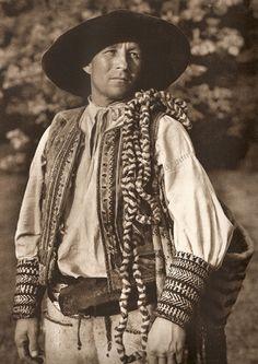 "Chlap s ""cedidlom"" z Čierneho Baloga, Horehronie, Slovakia Bohemian Girls, Bohemian Art, Folk Costume, Costume Dress, Folk Embroidery, Culture, Europe, My Heritage, Traditional Dresses"