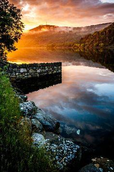 Puesta de sol en el lago Llanberis, Gales