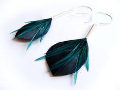 Shiny Leaf Shaped Feather Earrings in Blue par Stilltreejewellery, €41.00