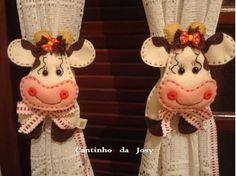 Prendedores para cortinas.( Vaquinhas) Cow Craft, Felt Wreath, Animal Quilts, Curtain Ties, Linen Tablecloth, Felt Crafts, Gadgets, Quilt Blocks, Diy Gifts