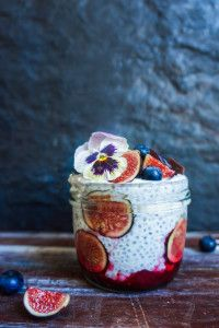 Almond milk chia pudding with warm raspberries and fresh figs {recipe} Fig Recipes, Veggie Recipes, Flan, How To Eat Paleo, Food To Make, Coconut Chia Pudding, Blueberry Chocolate, Fresh Figs, Breakfast Bites