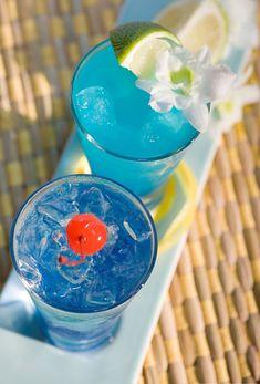 blaue-cocktails-mit-kirsche-mit-limette-erfrischende-sommergetränke-mit-eis