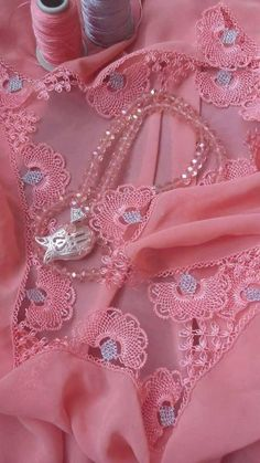 Crafts To Make, Diy Crafts, Lace Art, Saree Border, Old Jeans, Needle Lace, Lace Making, Lace Tops, Needlework