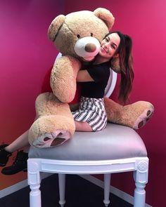 Vanessa MerrellThat is one lucky fucking bear Giant Teddy Bear, Big Teddy, Teddy Bears, Cute Girl Poses, Cute Girls, Merrill Twins, Veronica And Vanessa, Veronica Merrell, Character