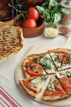 Grilled Vodka Caprese Pizza recipe loaded with fresh mozzarella cheese, vine-ripe tomatoes, fresh basil, and a spicy vodka tomato sauce that ties all the flavors together Quiches, Caprese Pizza, Just Pizza, Pizza Joint, Vodka Sauce, Tacos, Along The Way, Italian Recipes, Love Food