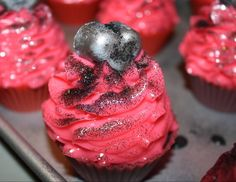 Anti-Valentine's Day soap-cupcakes #naturalsoap #valentinesday #anti-valentine #KomfortZone #SoapArtisan #soapcupcakes #blackheart #blackglitter #hotpink #blackraspberryvanilla #rose #blackrose #hearts #cupcakes