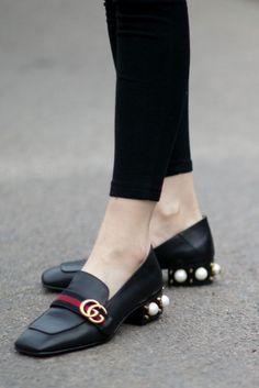Ultimamente muitos sapatos aparecem nas passarelas com enfeites em forma de pérolas, como exemplo desfiles da Miu Miu, Chanel, e Nicholas Kirkwood, mas o que inspirou o post de hoje foram os saltos…