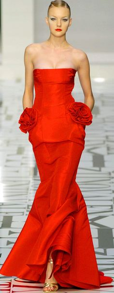 Evening gown, couture, evening dresses, formal and elegant Valentino red Estilo Glamour, Mode Glamour, Red Fashion, High Fashion, Fashion Show, London Fashion, Dress Vestidos, Women's Dresses, Vestidos Valentino