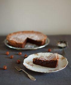 Tähän kakkuun tarvitaan viisi kananmunaa ja purkillinen hasselpähkinä-suklaalevitettä. Eikä mitään muuta.