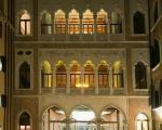 Centurion Palace - Cour avec arrivée sur le hall pourvu d'une oeuvre d'art qui fait office de lustre. MA-GNI-FIQUE