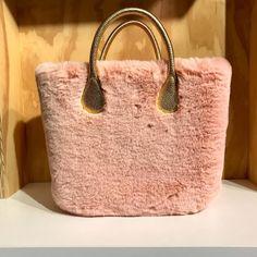 197 отметок «Нравится», 6 комментариев — O bag Store Jesolo-P.Milano (@o_bag_store_jesolo_p._milano) в Instagram: «Nuova cover in ecopelliccia, in sei varianti colore, che ricopre la classica scocca. Disponibile…»