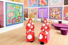 草間彌生と等身大フィギュア(草間彌生が保有する展示室にて撮影)The images shown depict wax figures created and owned by Madame Tussauds.