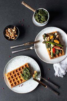 Es ist Bärlauch-Zeit! Daher habe ich heute ein Rezept für ein köstliches, nussfreies & veganes Bärlauch-Pesto für euch im Gepäck! Dazu serviere ich euch saftige glutenfreie und vegane Süßkartoffelwaffeln. Ein rundum gelungenes Gericht in der allergiefreundlichen Version :)    Seit meinem Beit