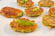 Je kunt deze courgettekoekjes met feta ook als bijgerecht serveren in plaats van bijvoorbeeld de gebakken aardappeltjes. Lekker een salade erbij.