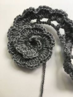 FLORES DE CROCHET Learn the fact (generic term) of how to needlecraft (generic term), starting at th Crochet Flower Tutorial, Crochet Flower Patterns, Crochet Flowers, Knitting Patterns, Crochet Stitches, Crochet Hooks, Crochet Baby, Knit Crochet, Crochet Simple