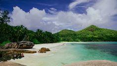 Seychelles | Bon dia! Hay lugares en los que es difícil precisar si uno está despierto o soñando. Así que os paso algo de música para que os despertéis bien alegres.  Jukebox [Green Day - Walking Contradiction] Fot.: Michael Nußbaumer #seychelles #playa #beach #paisaje #seascape #rock #musica #music