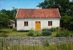 Swedish Summer House ♥ Лятна къща в Швеция Scandinavian Cabin, Swedish Cottage, White Cottage, House In Nature, Yellow Doors, Loft Lighting, Thatched Roof, House Goals, Interior And Exterior