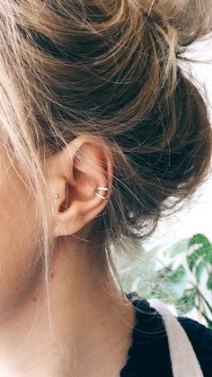 Trending Ear Piercing ideas for women. Ear Piercing Ideas and Piercing Unique Ear. Ear piercings can make you look totally different from the rest. Tragus Piercings, Piercing Conch, Ear Cuff Piercing, Piercing Orbital, Ear Peircings, Cartilage Earrings, Stud Earrings, Tragus Stud, Ear Piercings