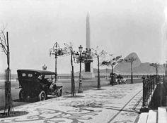 Obelisco no final da Avenida Central (atual Avenida Rio Branco), Centro, em 1910. Destaque para os mosaicos de pedras portuguesas que rodeavam o Palácio Monroe. Ao fundo, o Morro do Pão de Açúcar. Na minha opinião o Pão de Açúcar, visto do Centro, é um dos cenários mais belos da cidade. Grupo Rio Antigo