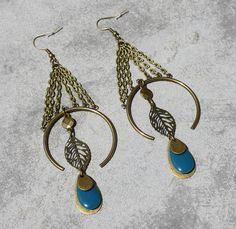 Boucles d'oreilles bohème ethnique bronze bleu pétrole breloques demi-cercle feuille sequins émaillés goutte bijou fait main créateur unique