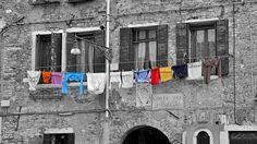 Schwarz-Weiss - Wäscheleine an Hauswand Street View, Bunt, Pictures, House Exteriors, Monochrome