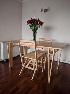 Mesa y sillas Enzo Mari, estructura en pino radiata y cubierta de mañio.
