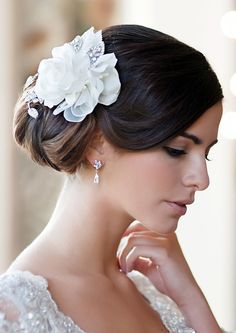 Delicate and pretty, Glitzy Secrets' Roses of Grace Headpiece is a graceful treasure. View our collection of blooming flower headpieces at Glitzy Secrets. Bridal Hair Roses, Vintage Bridal Hair, Wedding Hair Flowers, Flowers In Hair, Wedding Gowns, Flower Headpiece, Headpiece Wedding, Bridal Headpieces, Maquillage Emma Watson