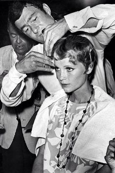 Vidal Sassoon, who died yesterday in Los Angeles, cuts Mia Farrow's famous pixie hair-style during filming of Roman Polanski's Rosemary's Baby. Vidal Sassoon January 1928 – May 2012 Michelle Williams, Pixie Mia Farrow, Rosemaries Baby, Sixties Hair, Viejo Hollywood, Hollywood Hills, Classic Hollywood, Hair Icon, Up Girl