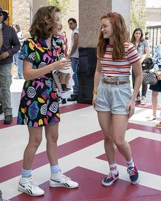 Hippie Outfits 630715122795847996 - Stranger Things – Behind the scenes with Millie Bobby Brown and Sadie Sink, Eleven, Mad Max, Season 3 Source by lisavlgl Stranger Things Aesthetic, Stranger Things Season 3, Cast Stranger Things, Stranger Things Netflix, Stranger Things Clothing, Mode Outfits, Retro Outfits, Hippie Outfits, Disfraces Stranger Things