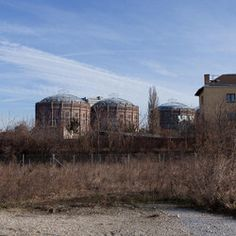 Blick von der Schlachthausbahn am südlichen Gasometerumfeld auf die Gasometer