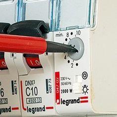 Comment installer une minuterie avec bouton poussoir chez soi ? Les conseils techniques de Système D.