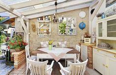 """Nábytek a zařízení připomíná """"babiččinu"""" venkovskou kuchyni. Kromě skříněk vyzděných z cihel tu stojí opravdová dřevěná kredenc. Také stůl a židle jsou z masivu"""