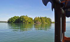 Blick auf die Roseninsel im Starnberger See von der Fähre aus.  Die kleine Holzplätte setzt von Feldafing aus zwischen Mai und Oktober zur Roseninsel über