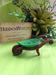 Cette petite brouette vous sera utile pour votre jardinage fées. La feuille verte vif est juste pour le corps de la brouette, soutenu par les vignes sculptées et une roue mobile. Parfait pour les pots de fleurs minuscules ou déplacer la saleté. La brouette est 3 1/4 de Long, 1 de large. et 1 1/4 à son point le plus élevé. Fait de résine de haute qualité et peint avec une peinture à base de vinyle et scellé, il est très résistant aux intempéries.