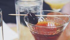 Jak udělat domácí višňový likér | recept Manhatten Cocktail, Martini, Strawberry Banana Milkshake, Blueberry Crumble Bars, Best Bourbons, Cocktail Garnish, Best Cocktail Recipes, Cocktails, Food Cakes