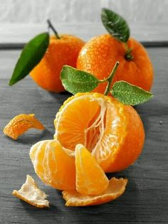 The tangerine (Citrus tangerina) is an orange-colored citrus fruit that is closely related to, or possibly a type of, mandarin orange (Citrus reticulata). The name was first used for fruit coming from Tangier, Morocco, described as a mandarin variety. Photo Fruit, Fruit Picture, Fruit And Veg, Fruits And Vegetables, Fresh Fruit, Vegetables List, Juicy Fruit, Dried Fruit, Fruits Photos