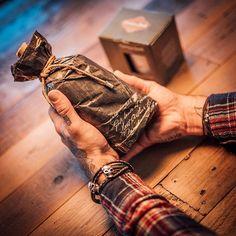 Handverpackt in einer authentischen Replika des Werft-Lageplans vom New Yorker Navy Yard in Brooklyn um 1932 erzählt schon allein die Verpackung einen Teil des spannenden Mythos von Rumble Harbor. Inklusive eines umfangreichen Booklets mit der kompletten Geschichte zum Bare Knuckle Brawlers Rum.  #rumbleharbor #copperandbrave #rum #cocktails #drinks #design #bottle #packaging #lifestyle #geschenkideen #rezepte #recipes #beverages #liquor #longdrink #premium #barkeeper #bar #spirits… Voodoo Priest, Brave, Planer, Rum Cocktails, Brooklyn, Recipies, Healthy Recipes, Volcano, Food