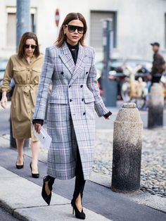 Christine Centenera wearing checked coat is seen outside Bottega Veneta during Milan Fashion Week Spring/Summer 2018 on September 23 2017 in Milan. Milan Fashion Week Street Style, Milan Fashion Weeks, Star Fashion, Fashion Outfits, Women's Fashion, Christine Centenera, Mode Shoes, International Fashion, Fashion Pictures