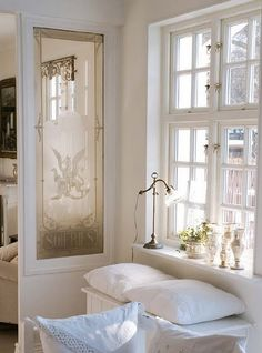 love the divider Vintage chic: Inspirasjon: Stue/ inspiration: living room Style At Home, Window Benches, Window Seats, Cozy Corner, Modern Country, Home Fashion, My Dream Home, Decoration, Beautiful Homes