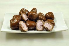 La refacción perfecta: el fabuloso Yogurt de Blueberries con #Chocolate de Leche. En un proceso creado para la NASA llamado liofilización (freeze drying) se deshidrata el yogurt y se forma en cubitos. Estos cubitos los cubrimos con nuestro incomparable chocolate de leche. Un snack delicioso, saludable y con mucha proteína. Q40 la bolsita con 70 gramos. #DantaChocolate, 10 Calle 0-65 Zona 14, CC Verdever, Local 7. Tel. 2363-0100.