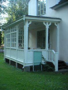 DET VACKRA HUSETS GLASVERANDA | IN MY CARPORT Porches, Architecture Renovation, Pergola, Porch Veranda, House By The Sea, Hacienda Style, New England Homes, Architect House, Villa