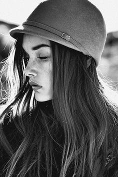 Casquito de equitación. Un re-descubrimiento de Megan Fox, moderna embajadora del #sombrero.